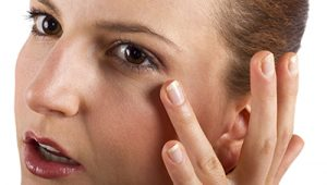 concentrarsi sul gonfio occhi